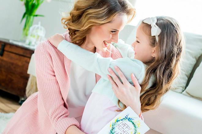 мать обнимает свою дочку