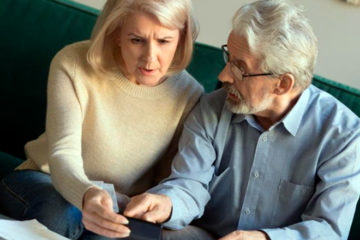 семейная пара пенсионеров считают пенсию