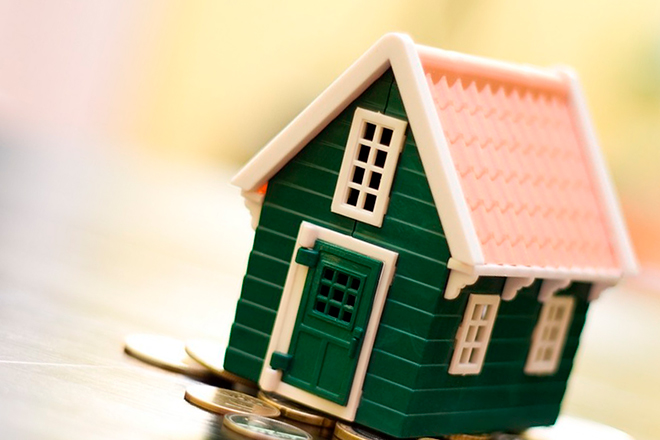 игрушечный домик на монетах