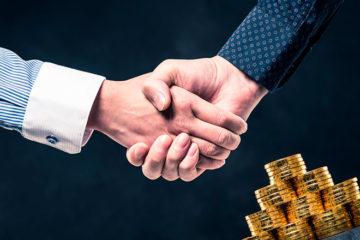 мужчины пожимают руки после сделки через аккредитив