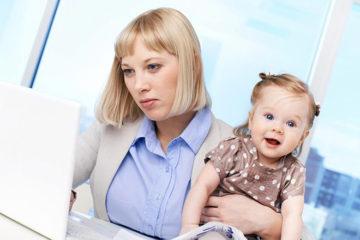 мама с приемной дочкой за рабочим столом