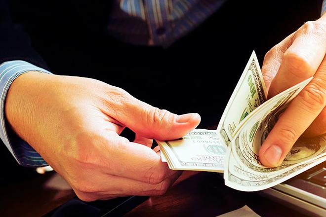 мужчина пересчитывает деньги