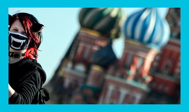 девушка в противовирусной маске на фоне кремля